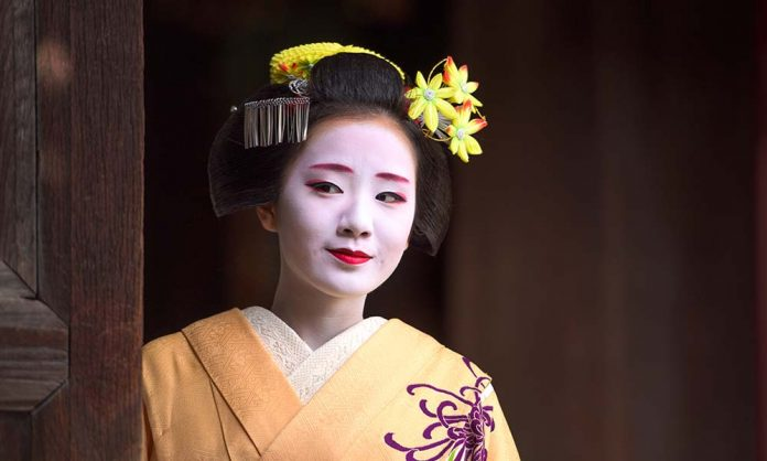 How to Get the Perfect Geisha Look – Simple Makeup Cheats
